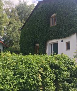 Schönes Haus mit großem Garten; 30 km von München