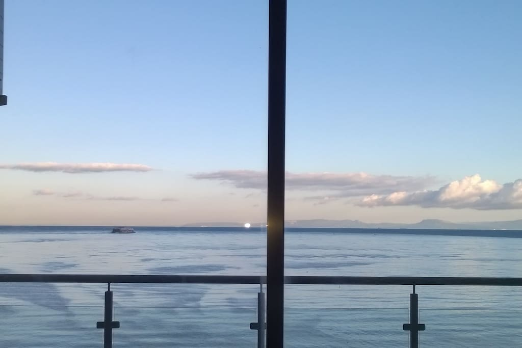 La vue du salon sur la méditerranée et au loin l'Europe !!