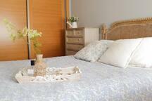 Habitación para 1 o 2 huéspedes con cama de matrimonio de 1,40 cm con baño privado.