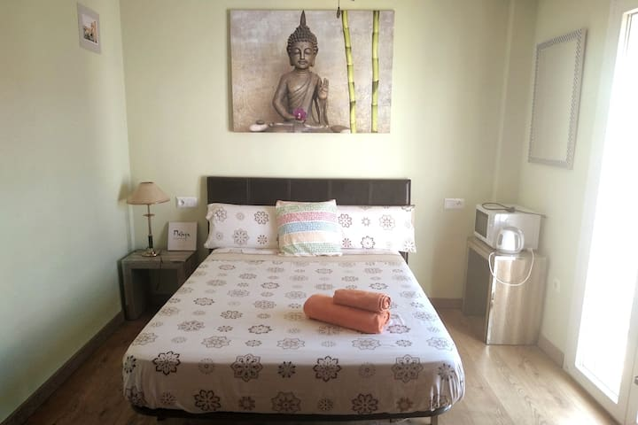 Bright room with Private Bathroom $ Balcony