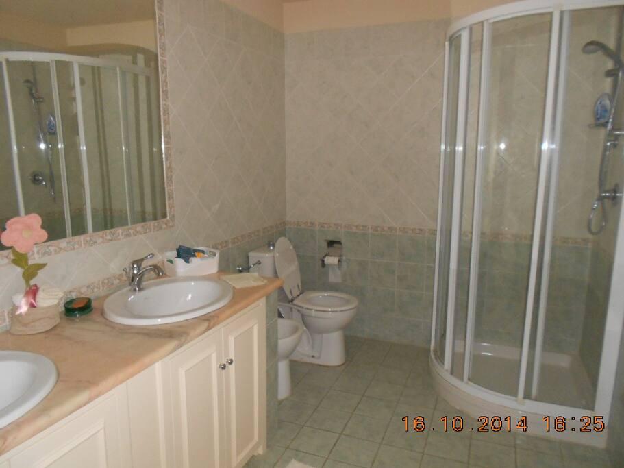 Bagno in comune per le due stanze.