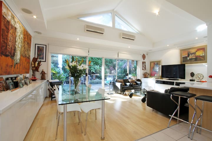 Private Loft Bedroom / own bathroom - Lane Cove - Villa