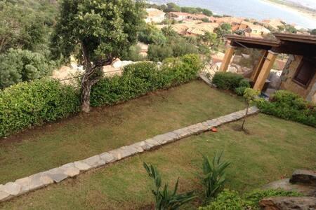 villa caposchiera su due piani - Porto Corallo - Hus
