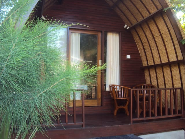 Harum Meno Bungalows with AC - Pemenang - Bed & Breakfast