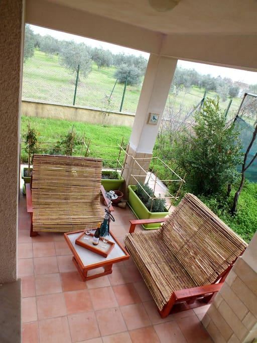 Il salotto nel porticato - The outdoor living area