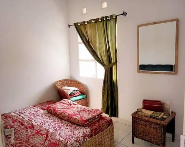 Kamar Tempat tidur Queen yang bersih dan rapi