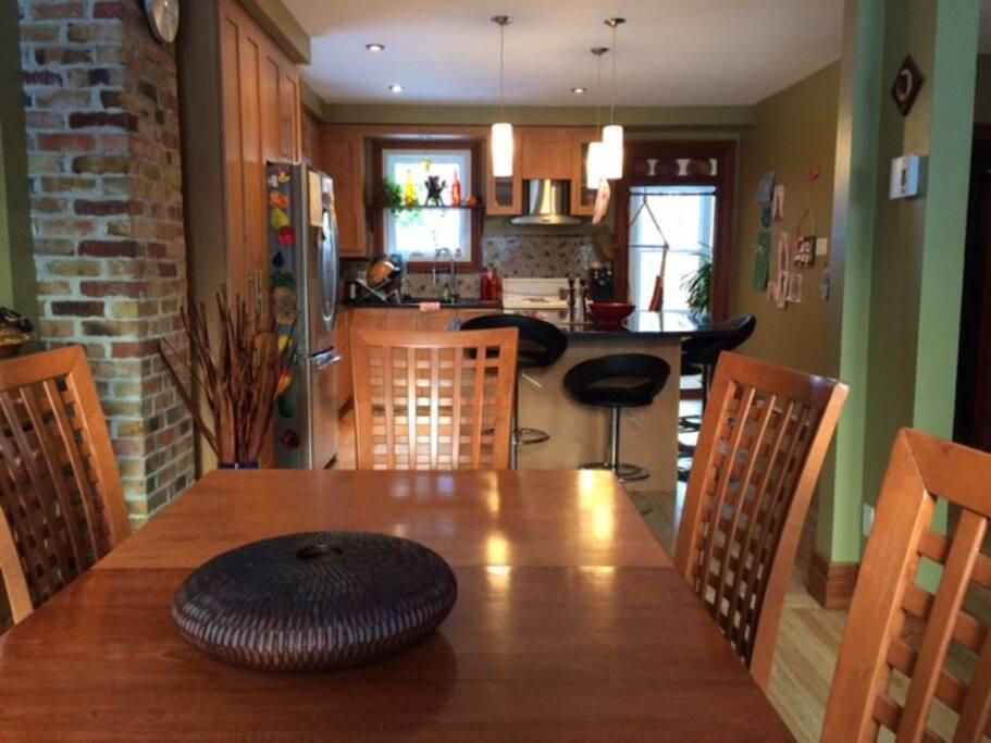 Salle à manger et cuisine à aires ouvertes. Grand ilot, lave-vaisselle