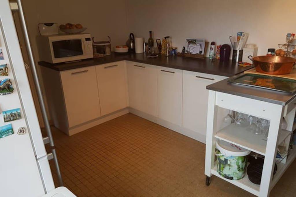 La cuisine est suffisamment grande pour y préparer de bons petits plats.