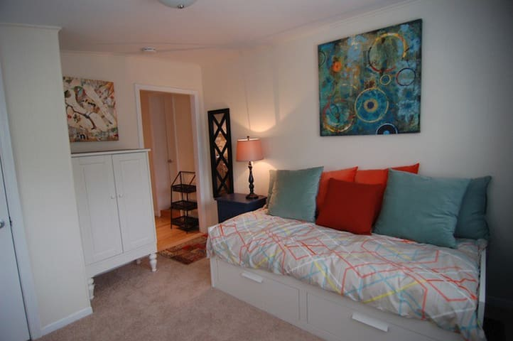 Furnished Clarendon walk to METRO