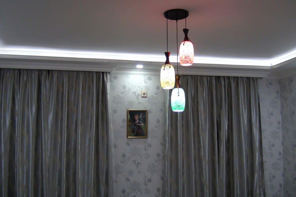 Зал - 26метров, подсветка потолка, светодиодные софиты - LED, мозайка - люстра