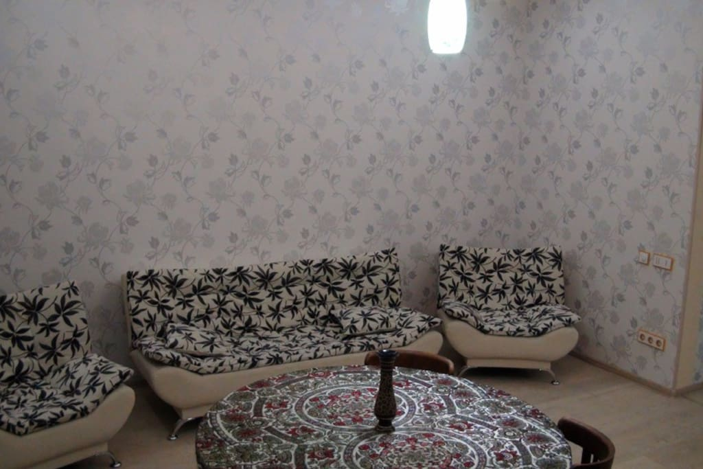 Зал - 2х спальный диван и два кресла, даже кресла раскладываются, можно уместить детей до 10 лет