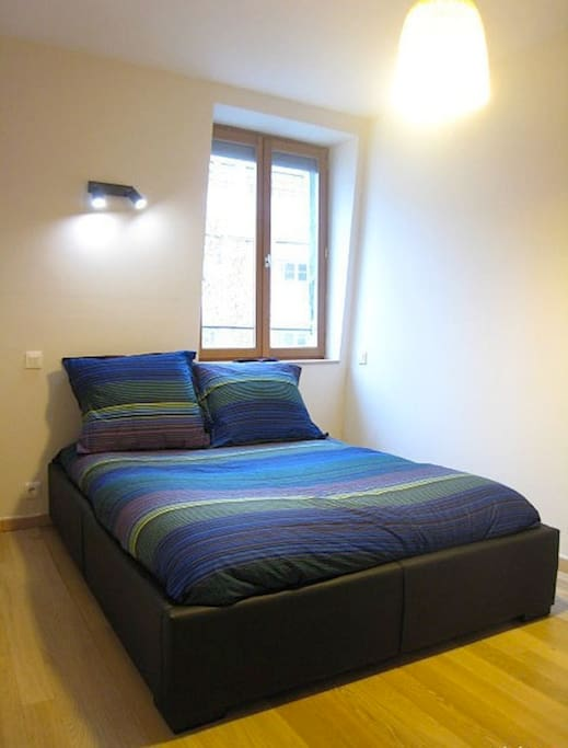 Chambre avec lit double, armoire-penderie