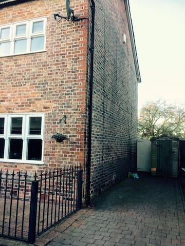 Victorian semi, cosy, practical, perfect location - Alderley Edge - Dům