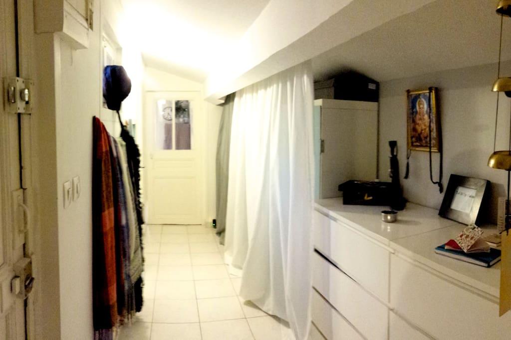 un couloir desservant toutes les pièces et dressing