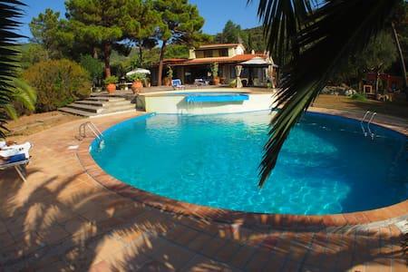 Villa Oriel: 2 Pools and Sea Views, BR6 BA6 - Portoferraio