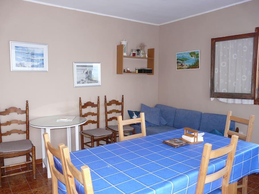 Wohnzimmer abgeteilt mit Esstisch/Couchbett und Sesselecke