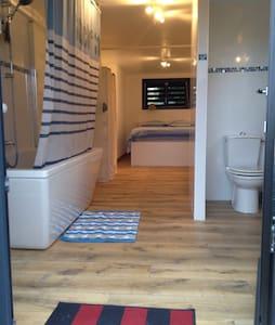 Chambre et salle de bain privative - Montfort-sur-Meu - Hus