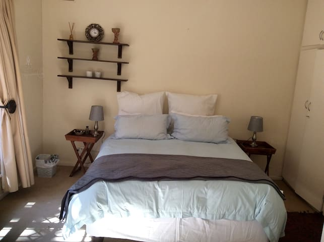 Queenz B&B Private bedroom with shared bathroom 1