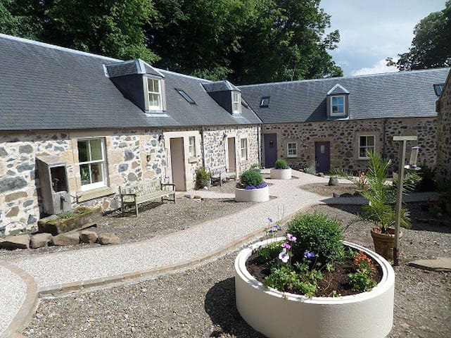 Courtyard Cottages and indoor pool - Craigie - House