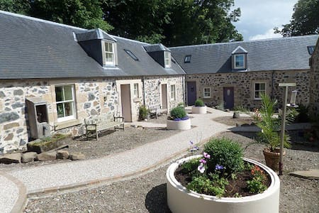 Courtyard Cottages and indoor pool - Craigie - Casa