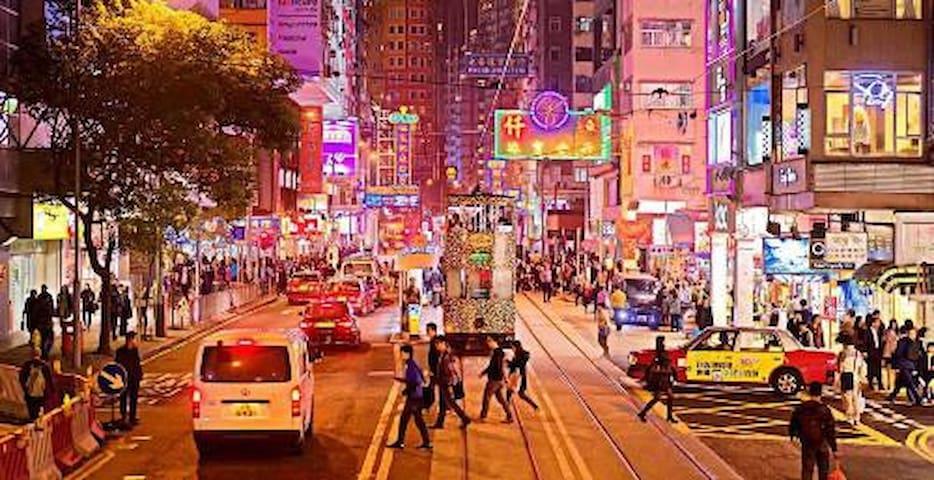 Wan Chai is full of Bar & Restaurants. 热闹的湾仔