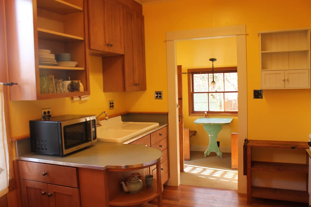 Full Kitchen. Gas stove/oven, microwave, coffee maker. Kitchen flows into breakfast nook in back