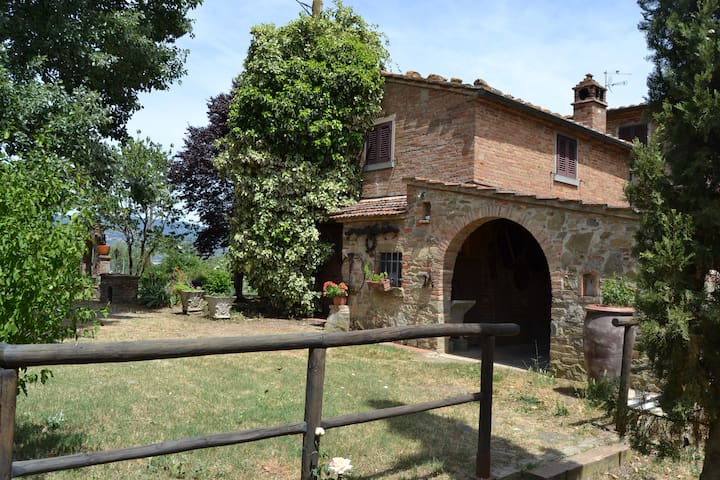 Piccola casa colonica in stile rustico cortona for Piani casa in stile rustico