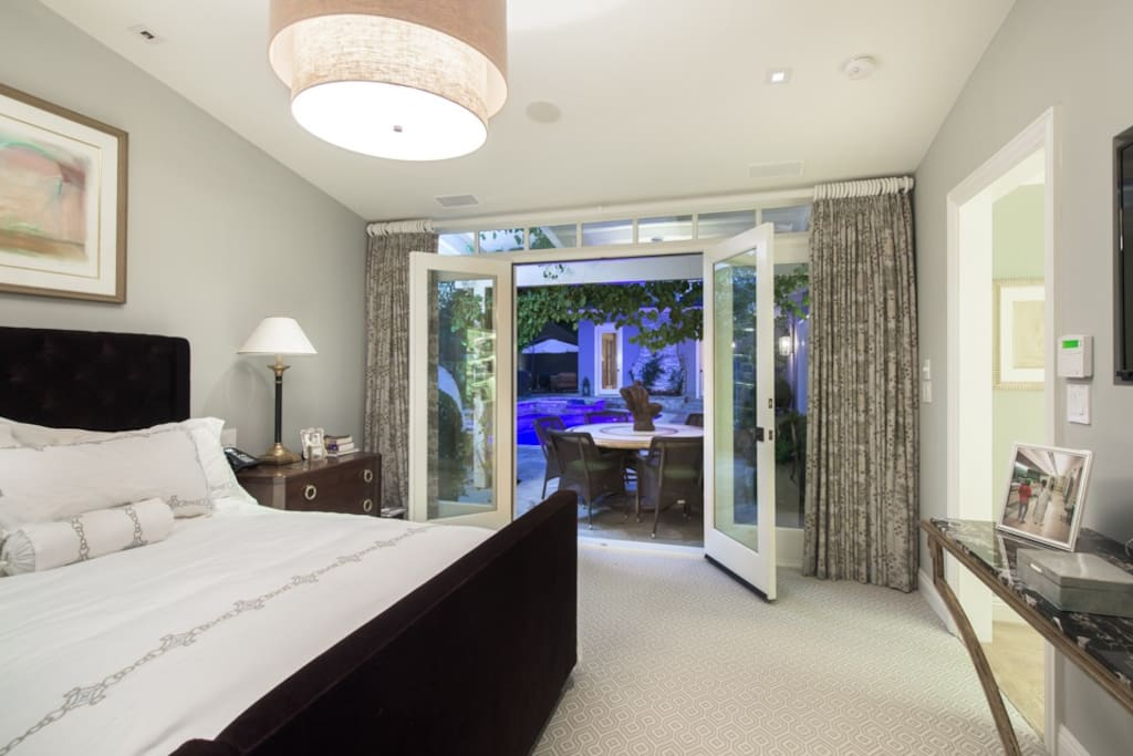 Private Guest Bedroom w/big screen TV
