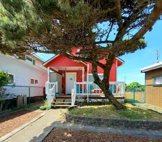 NEW LISTING Dog Friendly, Ocean Views & Fireplace!