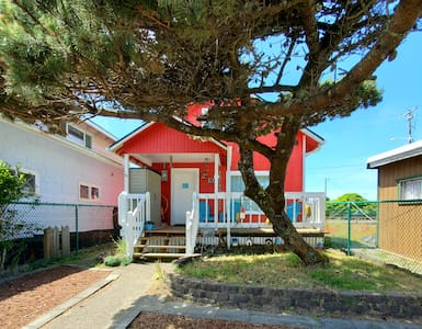 Dog Friendly, Ocean View, Fireplace & Sleeps 8!