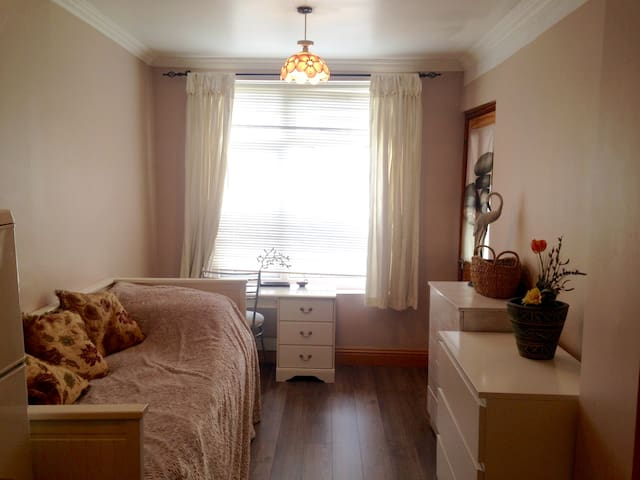 Great value! Airy Bedroom Annexe + Ensuite - Greater London - Haus