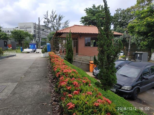 Jardim na entrada da portaria do condomínio.
