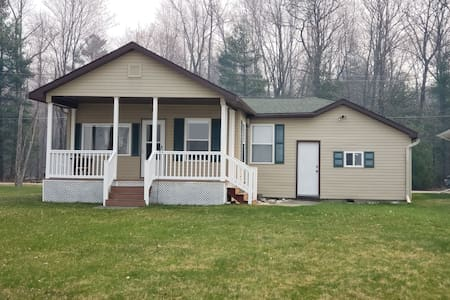 Cute and cozy Tawas Lake cottage