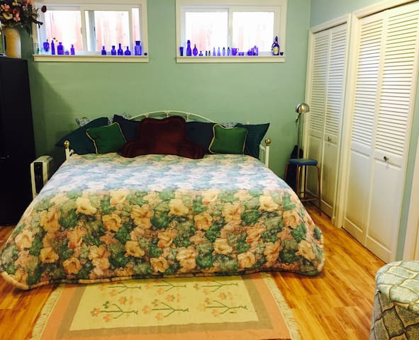 Private Modern Studio, Artist Retreat, in town - Willits - Guesthouse