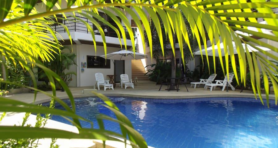 Modern 1-Bedroom Apt w/large balcony 300m to Beach - Ko Samui - Departamento