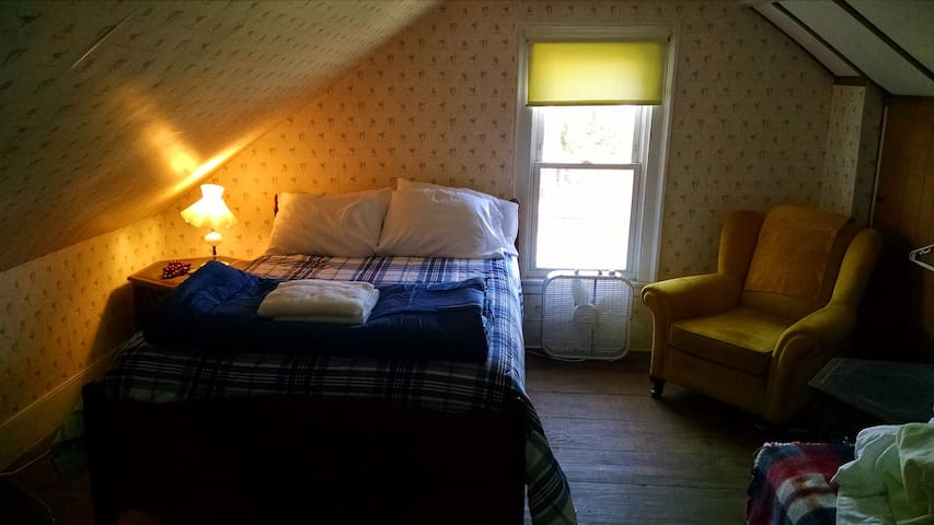 3-Private Room - Historic 207 Yr old house in city