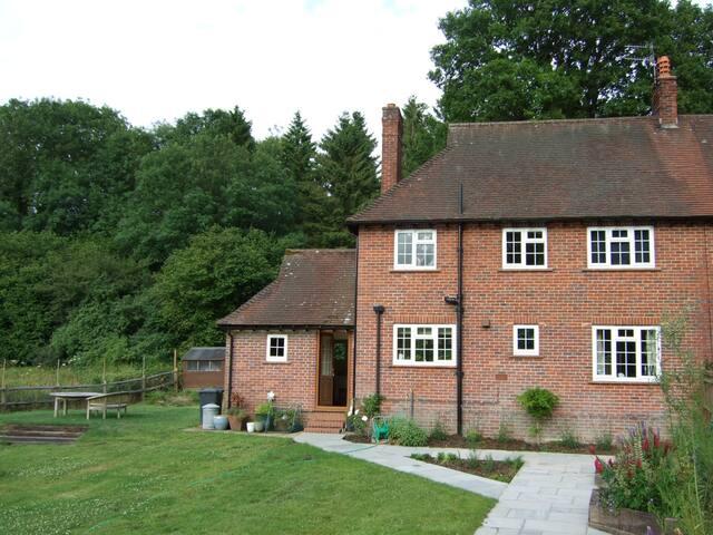 Semi detached house near villagepub - Hascombe - Ev