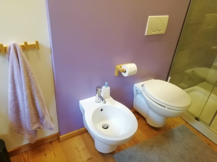Tranquilla camera con bagno lilla