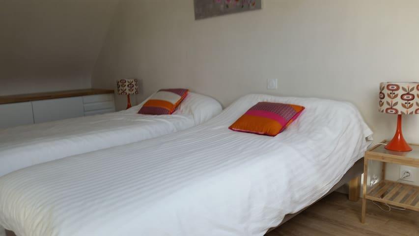 La chambre  à l'étage avec deux lits de 90 cms