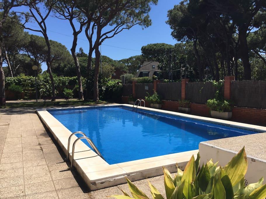 Gava mar beach and swimming pool apartamentos para for Piscina gava