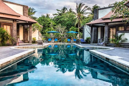 Modern bungalow with large swimming pool - Central - Lembongan - Bungalo