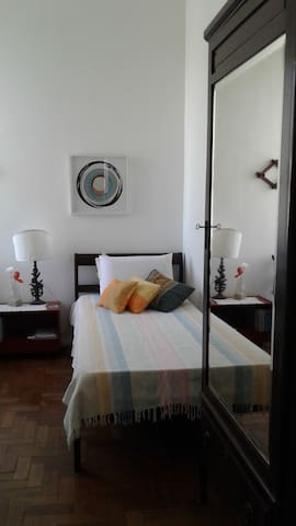 Cama de solteiro 1, colchão D33 e 2 travesseiros / single bed 1, D33 mattress, 2 pillows