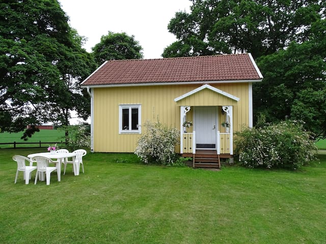 Beautiful country-side cottage - Svärtan - Cabin