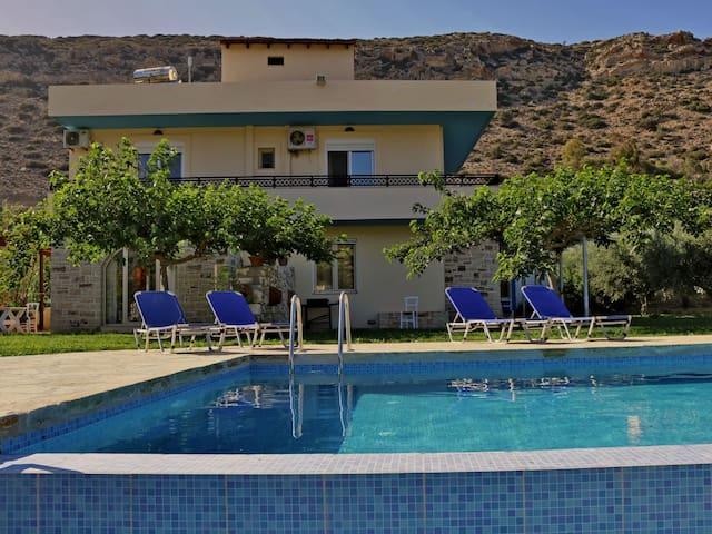 Villa Eleni in Matala Crete, swimming pool-garden