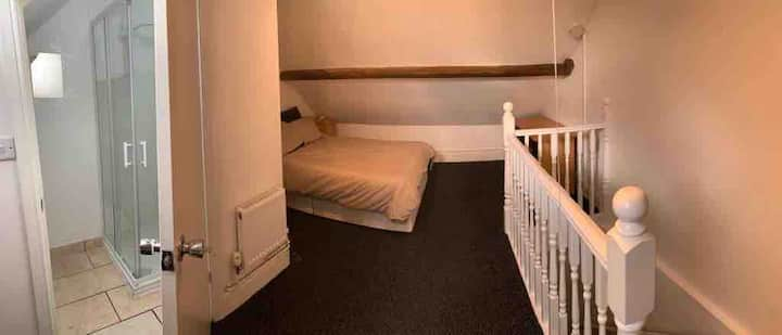 Spacious bedroom/en-suite property in Leicester.