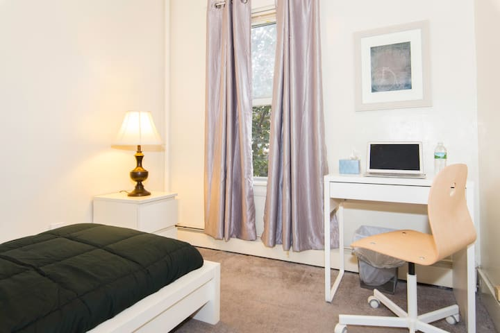 Small bedroom in townhouse near Central Square - Cambridge - Townhouse