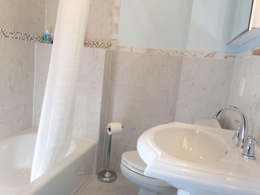 Upstairs Full Bath (Bath #2)