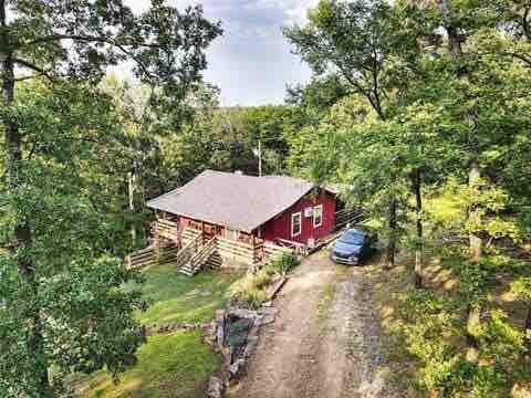 Crimson Cottage:Charming Retreat near LakeEufaula