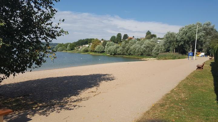 Maison face au lac et à sa plage