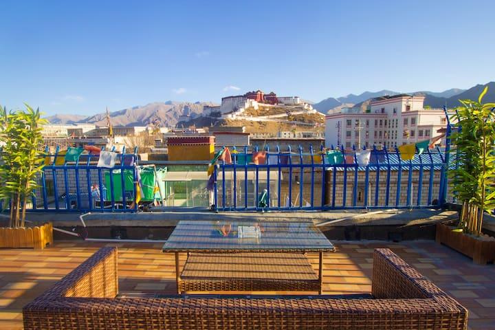 居于市中心而静谧安逸,坐在门前看布宫,布达拉宫在眼前,蓝天在头上,绿植在脚下 - Lasa Shi - Ostello